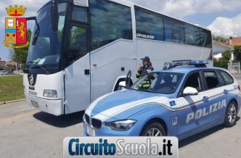 Pneumatici del bus non a norma, la Polstrada blocca la gita scolastica